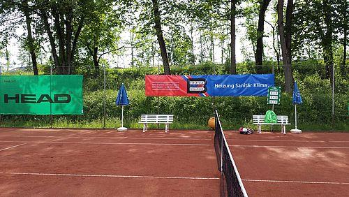 Werbebanner auf Mesh-Plane am Tennisplatz des UTC Dornbirn